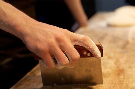 Skrobka do ciasta – dlaczego powinna znaleźć się w każdej kuchni?
